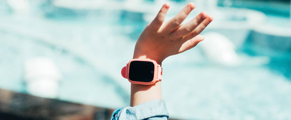 Kind mit Kinder-Smartwatch