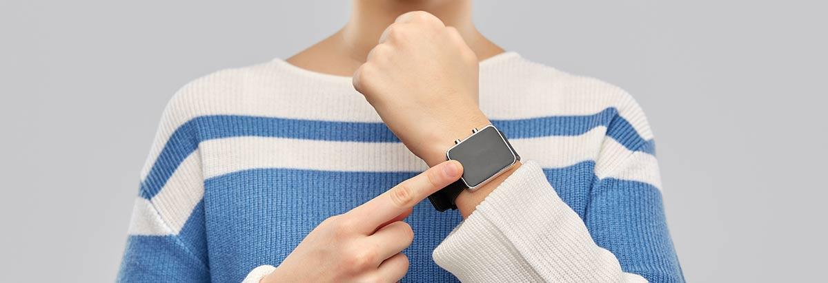 Kind zeigt auf Kinder-Smartwatch