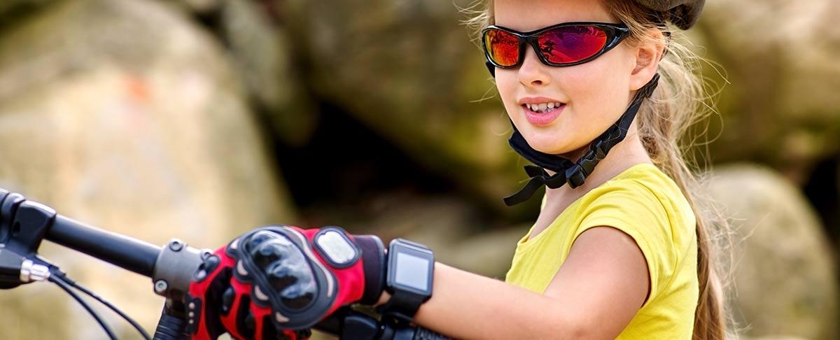 Mädchen mit digitaler Kinderuhr