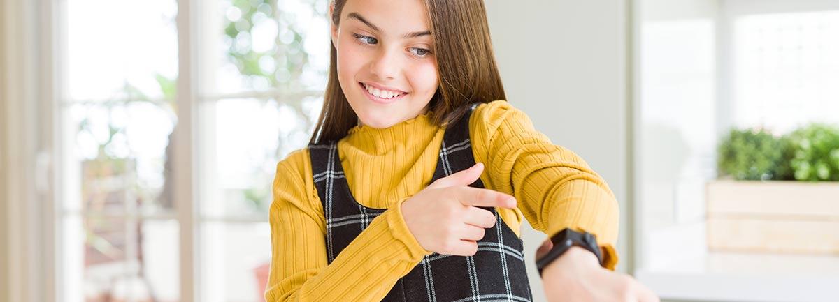 Mädchen zeigt auf Smartwatch