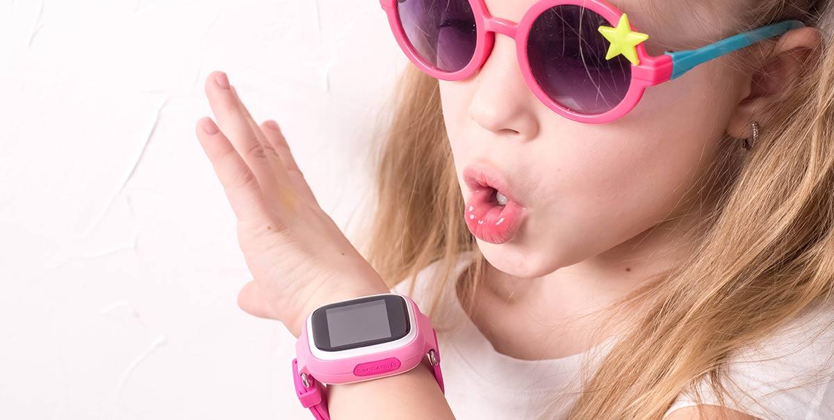 Mädchen mit pinker Kinder-Smartwatch